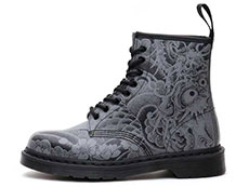 CORE PRINT 1460 OT ASIA 8EYE BOOT(24239001)BLACK+GUNMETAL OT TATTOO BACKHANDの左横向き写真