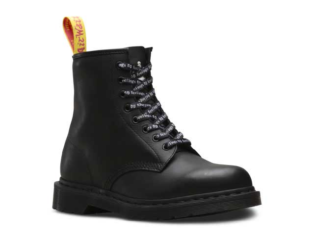 COLLAB 1460 SXP 8EYE BOOT(24787001)BLACK MILLED GREASY+SEX PISTOLS BACKHANDの付属の靴ひもを通した写真