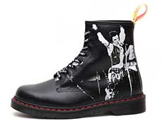 COLLAB 1460 SXP 8EYE BOOT(24789001)BLACK SEX PISTOLS BACKHAND STRAW GRAINの左横向き写真