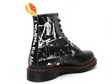 COLLAB 1460 SXP 8EYE BOOT(24789001)BLACK SEX PISTOLS BACKHAND STRAW GRAINの右斜め後ろ向き写真