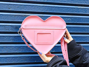 HEART SATCHEL(AB002650) GERANIUM PINK+WHITE SMOOTH&SEQUIN PATCHの手に持った裏側の写真