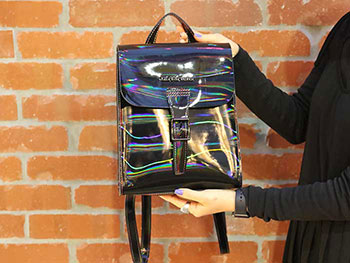 MINI RAINBOW LEATHER BACKPACK(AB053002) BLACK RAINBOWをスタッフが持った写真